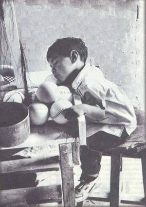 les-enfants-esclaves-enchaine-au-travail